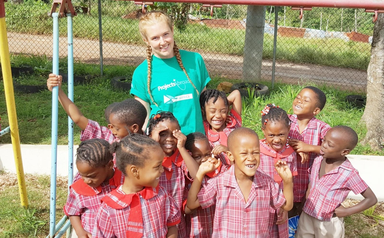 ジャマイカでチャイルドケア活動にあたる高校生ボランティア